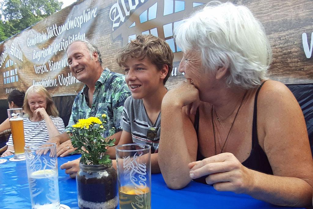 ...und gemeinsames Abendessen draußen bei Aldis Biergarten